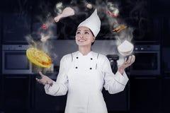 Het professionele chef-kok koken met magisch Royalty-vrije Stock Fotografie