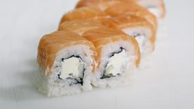 Het professionele chef-kok koken van, het werken van en het voorbereiden van Aziatische voedsel en sushi in restaurantkeuken Stock Foto