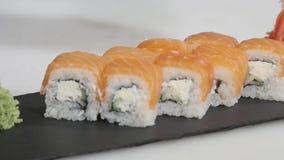 Het professionele chef-kok koken van, het werken van en het voorbereiden van Aziatische voedsel en sushi in restaurantkeuken Stock Fotografie