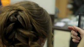 Het professionele haar van kapper scherpe cliënten stock footage