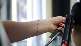 Het professionele haar van kapper scherpe cliënten stock videobeelden