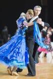 Het professionele Hogere Danspaar voert Europees Standaardprogramma over Baltisch Groot Kampioenschap prix-2106 uit van WDSF Stock Afbeeldingen