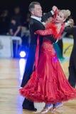Het professionele Hogere Danspaar voert Europees Standaardprogramma over Baltisch Groot Kampioenschap prix-2106 uit van WDSF Stock Foto's