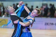 Het professionele Hogere Danspaar voert Europees Standaardprogramma over Baltisch Groot Kampioenschap prix-2106 uit van WDSF Royalty-vrije Stock Fotografie
