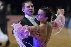 Het professionele Hogere Danspaar voert Europees Standaardprogramma over Baltisch Groot Kampioenschap prix-2106 uit van WDSF Stock Foto