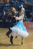 Het professionele Hogere Danspaar voert Europees Standaardprogramma over Baltisch Groot Kampioenschap prix-2106 uit van WDSF Royalty-vrije Stock Foto's