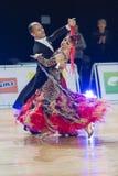 Het professionele Hogere Danspaar voert Europees Standaardprogramma over Baltisch Groot Kampioenschap prix-2106 uit van WDSF Royalty-vrije Stock Afbeelding