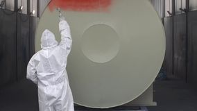 Het professionele Luchtpenseelmetaal Schilderen in Rode Kleur stock videobeelden