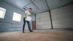 Het professionele Tapijt Schoonmaken De mens maakt vuil tapijt schoon Maakt het schuim na het schoonmaken schoon Tapijt het Schoo stock videobeelden