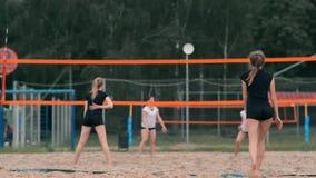 Het professionele volleyball dient vrouw op de strandtoernooien Netto het volleyball de speler blokkeert de mening wanneer het in stock footage