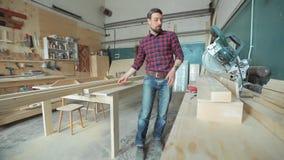 Het professionele werk, die houten producten produceren stock footage