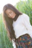 Het profiel van een jonge Aziatische vrouw ziet eruit Royalty-vrije Stock Afbeelding
