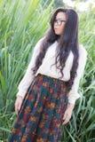 Het profiel van een jonge Aziatische vrouw ziet eruit Stock Afbeeldingen