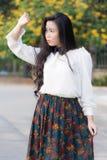 Het profiel van een jonge Aziatische vrouw ziet eruit Royalty-vrije Stock Fotografie