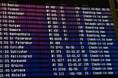 Het programma van de luchthavenvlucht met de lijst van vluchten en informatie over registratie stock foto