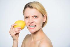 Het project van de batterijwetenschap vrouw met schoenspijker bij citroen Het voedsel van het vitaminedieet Skincare energie en p royalty-vrije stock afbeelding