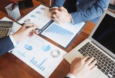 Het project van het de brainstormingsrapport van de bedrijfs het raadplegen zakenmanvergadering analyseert royalty-vrije stock foto