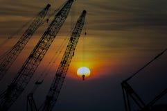 Het project van de de kraaninfrastructuur van de silhouetbouw op zonsondergang stock afbeelding