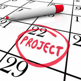 Het projectbegin of beëindigt Datum op Kalenderdag die wordt omcirkeld Stock Afbeeldingen