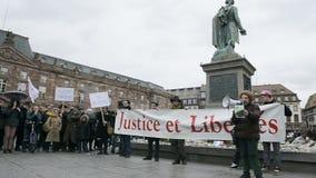 Het protesteren tegen uitbreiding van de 'noodtoestand' stock videobeelden