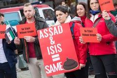 Het protesttekens van Syrië: Assad & ISIS = Zelfde Sh*t Royalty-vrije Stock Foto's