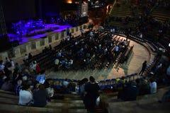 Het publiek in de concertzaal van het Caesarea amfitheater Stock Foto's