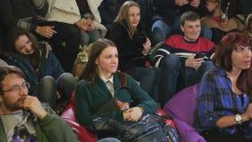 Het publiek die en juicht op de grappige show toe lachen stock videobeelden