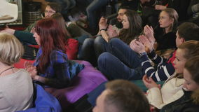 Het publiek juicht op de prestaties toe stock footage