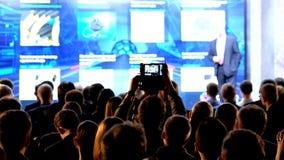 Het publiek luistert aan de spreker stock videobeelden