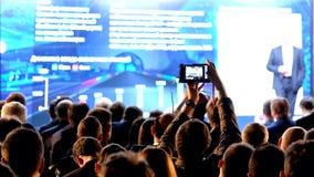 Het publiek luistert aan de spreker stock video