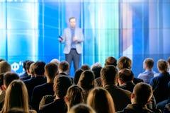 Het publiek luistert aan de spreker Stock Foto