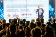 Het publiek luistert aan de spreker Stock Afbeeldingen