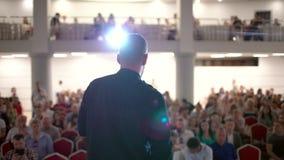 Het publiek luistert aan de spreker bij de conferentiezaal Het Bureau van de de Conferentievergadering van het bedrijfsmensensemi stock footage