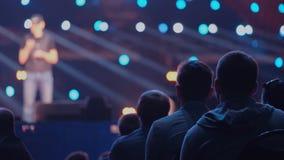 Het publiek luistert aan de spreker op de conferentie stock footage
