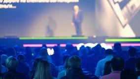 Het publiek luistert aan de spreker op de conferentie stock videobeelden
