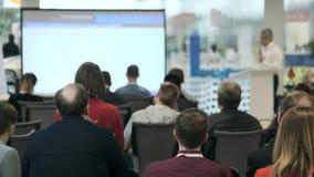 Het publiek luistert aan de spreker op de conferentie stock video