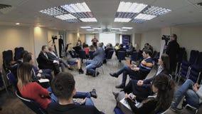 Het publiek luistert aan de sprekers bij de conferentiezaal stock video