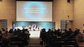 Het publiek luistert aan de sprekers bij de conferentiezaal stock videobeelden