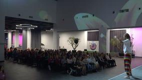 Het publiek luistert aan de toespraak van de spreker in de conferentiezaal Kyiv, de Oekra?ne, 10 05 2019 stock videobeelden