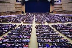 Het publiek zit in zaal vóór verjaardagsoverleg E.Piecha Royalty-vrije Stock Foto's