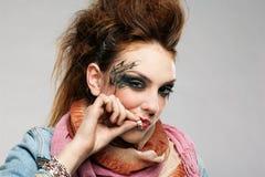 Het punk het meisje van Glam roken Stock Afbeelding