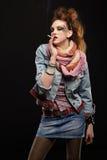 Het punk het meisje van Glam roken Stock Fotografie
