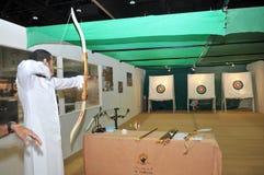 Het punt van de boogschietenpraktijk bij Abu Dhabi International Hunting en Ruitertentoonstelling 2013 royalty-vrije stock foto