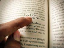 Het punt van de mensenvinger bij brief stock afbeeldingen