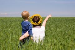 Het punt van de moeder de manier aan weinig zoon Royalty-vrije Stock Foto's