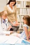 Het punt van de pediater bij x-ray meisje gebroken been Royalty-vrije Stock Foto
