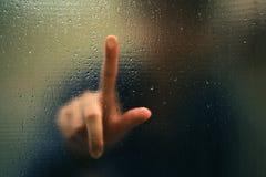 Het punt van de vinger als onduidelijk beeld en waterdaling Royalty-vrije Stock Foto's