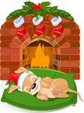 Het puppy van Kerstmis dichtbij open haard Stock Afbeelding