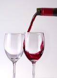 Het puring van de wijn in glazen Royalty-vrije Stock Afbeeldingen