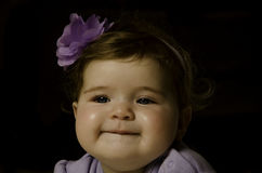 Het purpere bloemmeisje glimlachen Royalty-vrije Stock Afbeeldingen
